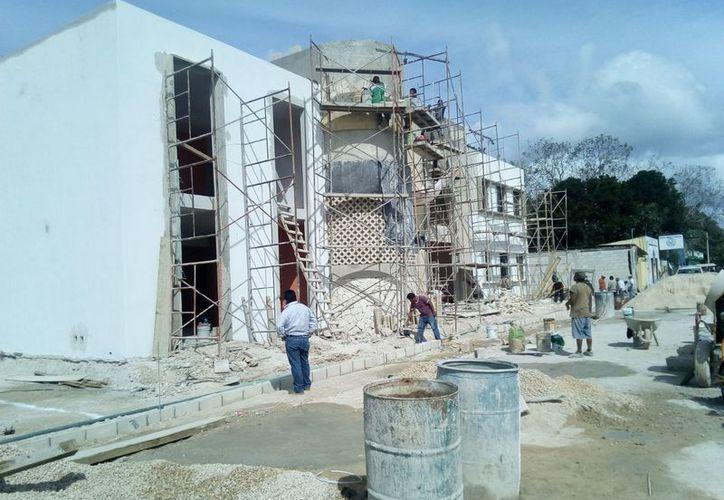Los trabajos en la construcción empiezan desde muy temprana hora y laboran aproximadamente unas treinta personas. (José Chi/SIPSE)