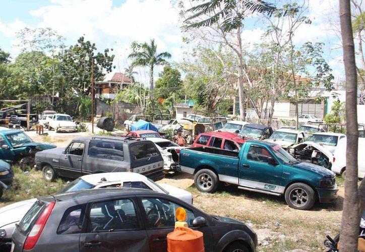 En el corralón hay un área de motocicletas y otro de carros, el 50% fueron retenidos por cometer diversas faltas. (Jesús Caamal/ SIPSE)