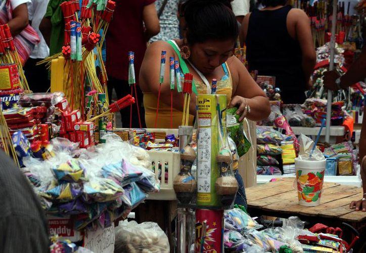 Recomiendan supervisar a niños que usen pirotecnia. Imagen de un puesto de explosivos en el centro de Mérida. (Milenio Novedades)