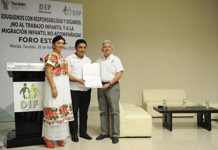 El director General del Sistema para el DIF Yucatán, José Limber Sosa Lara, inauguró este jueves el foro 'Eduquemos con responsabilidad y digamos 'No al trabajo infantil y a la migración infantil no acompañada'. (Fotos:SIPSE)