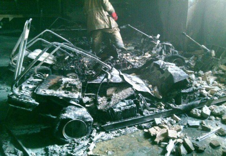 Un corto circuito en tres carritos de golf que eran usados para el transporte de turistas, causó el aparatoso incendio.  (Rossy López/SIPSE)