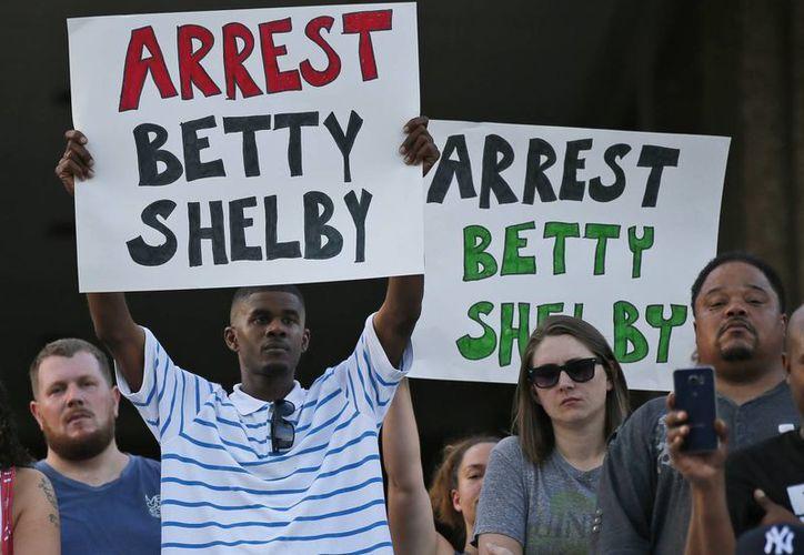 Los afroamericanos en Tulsa exigen la detención de Betty Shelby, quien asesinó a Terence Crutcher a pesar de que se encontraba desarmado. (AP/Sue Ogrocki)