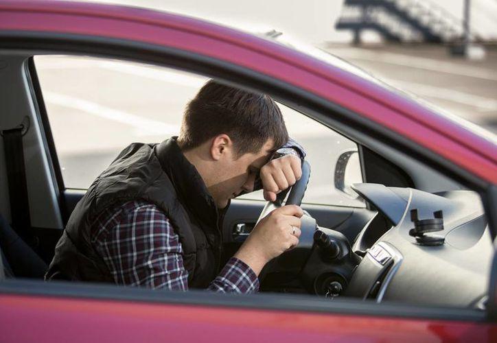 Manejar un vehículo cuando se ha dormino menos de cinco horas es igual a conducir en estado de ebriedad, según un estudio. (huffingtonpost.com.mx)