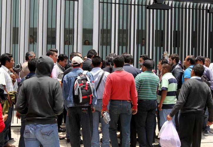 Maestros de la CNTE, bloquearon los accesos a la Cámara de Senadores inconformes expresan su rechazo a la reforma educativa. (Notimex)