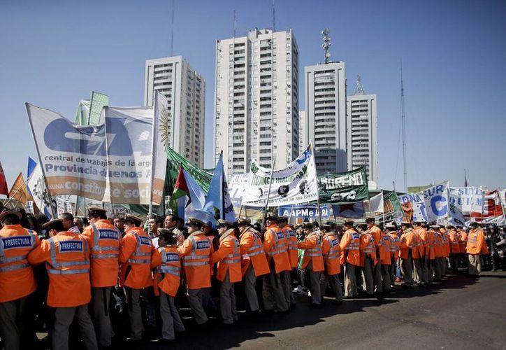 Policías contienen una protesta en la avenida Riachuelo, en Buenos Aires, Argentina, al iniciarse este miércoles el paro de tres días convocado por trabajadores. (Foto: AP/Victor R. Caivano)