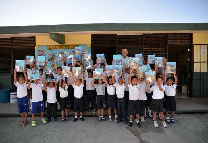 Los útiles escolares se repartieron en tres escuelas de nivel básico de Cancún. (Redacción/SIPSE)