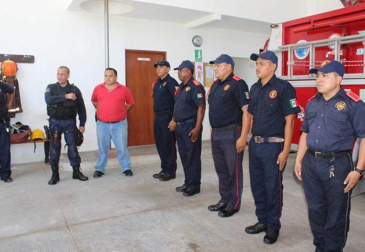 Un traje de bomberos tiene un costo aproximado de 25,000 pesos y laboran en la corporación un total de 18 elementos. (Sara Cauich/SIPSE)