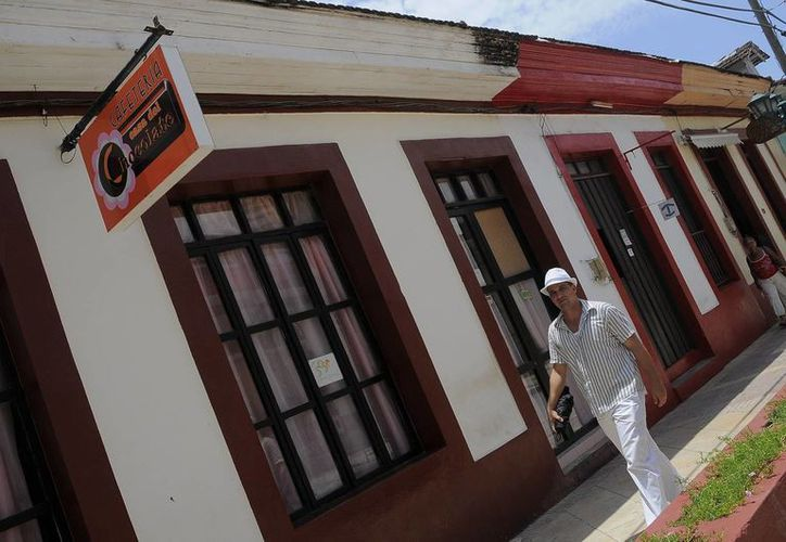 Un hombre fue registrado al recorrer la ciudad de Baracoa, Cuba, la primera ciudad que los españoles fundaron en la isla y la localidad más meridional del país. (EFE)