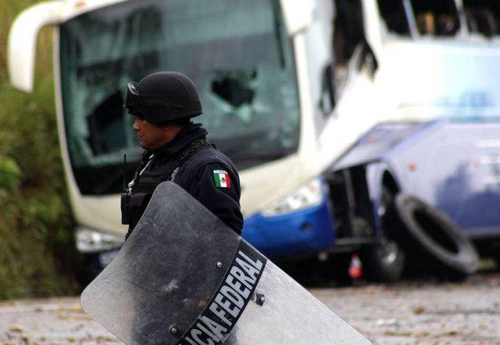 La Sección 22 de la CNTE publicó en Facebook los nombres de maestros que, según ellos, traicionaron el movimiento al presentarse a la Evaluación Docente. La imagen, utilizada únicamente con fines ilustrativos, corresponde a una violenta protesta en Chiapas. (Archivo/NTX)