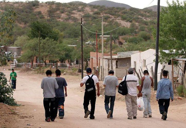 Más de 180 mil migrantes de Yucatán trabajan en Estados Unidos. En la imagen, un grupo de jóvenes salen de su localidad para trabajar. (Milenio Novedades)