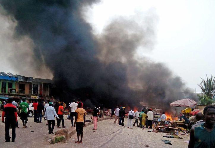 Grusas columnas de humo se observan de una estación de autobuses en jos, Nigeria, escenario de una de las explosiones registradas este martes. (Foto: Stefanos Foundation/AP)