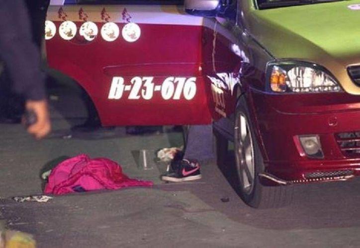 Taxi y objetos personales tras el atentado mortal contra una mujer y su nieta en Iztacalco. (Milenio)