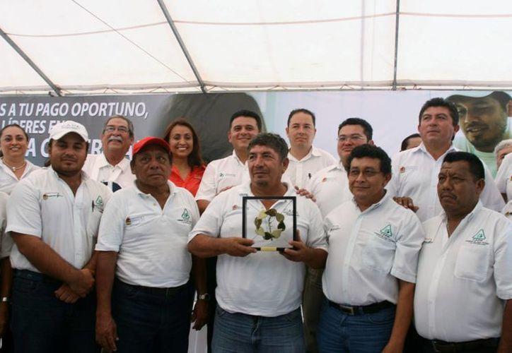 """Ayer la adminsitración de la CAPA en Cozumel recibió un premio por tener """"Mejores Prácticas en Cobro-Pago de agua 2014"""" (Irving Canul/SIPSE)"""