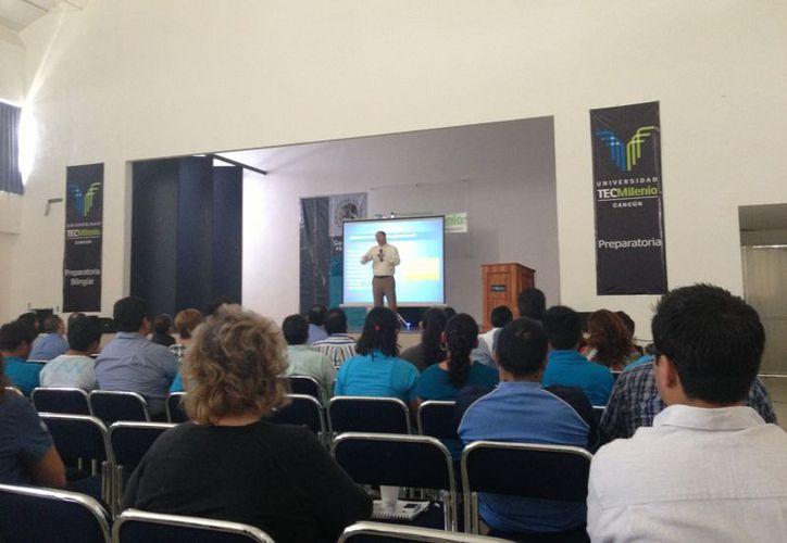 """Carlos Arce Macías, profesor asociado del CIDE, realizó una exposición de los resultados que arrojó el """"Índice de Competitividad de Ciudades 2012"""". (Denis Ruiz/SIPSE)"""
