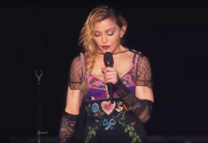 Dedica Madona una oración por las víctimas en París durante su concierto en Estocolmo. (YouTube)
