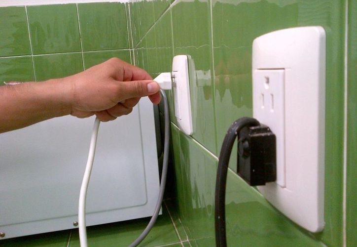Confirmó que es una realidad que equipos reguladores de computadoras y demás aparatos que se dejan conectados permanentemente aumentan el consumo de electricidad. (Daniel Pacheco/SIPSE)