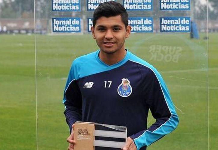 Jesús Corona al recibir el reconocimiento otorgado por la Liga NOS debido a su excelente participación con su equipo, el Porto, quien es segundo en la clasificación general. (fcporto.pt)