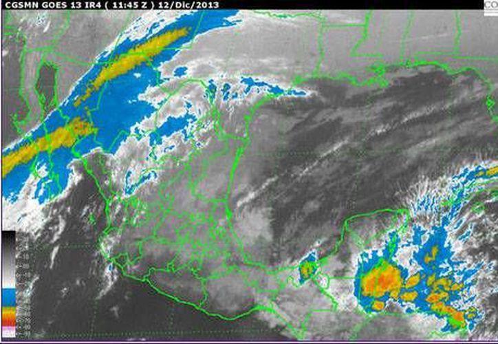 El canal de baja presión, localizado frente a la Península de Yucatán, se mueve al Oeste y favorece la entrada de aire marítimo tropical con moderado contenido de humedad. (Conagua)