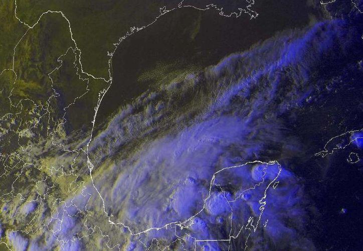 El frente frío está prácticamente estacionado frente a la Península de Yucatán. (Conagua)