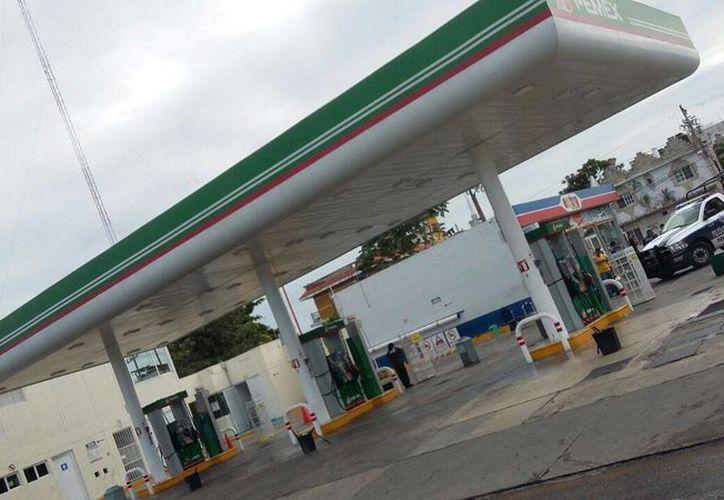 Pipas no pudieron cargar combustible en la gasolinera. (Daniel Pacheco/ SIPSE)