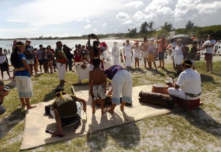 Este domingo el sacerdote maya realizó una ceremonia autóctona para recibir al otoño.  (Daniel Pacheco/SIPSE)