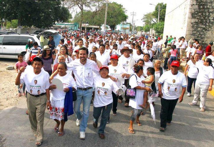 Caminata dominical de Pablo Gamboa Miner por Caucel. (Milenio Novedades)