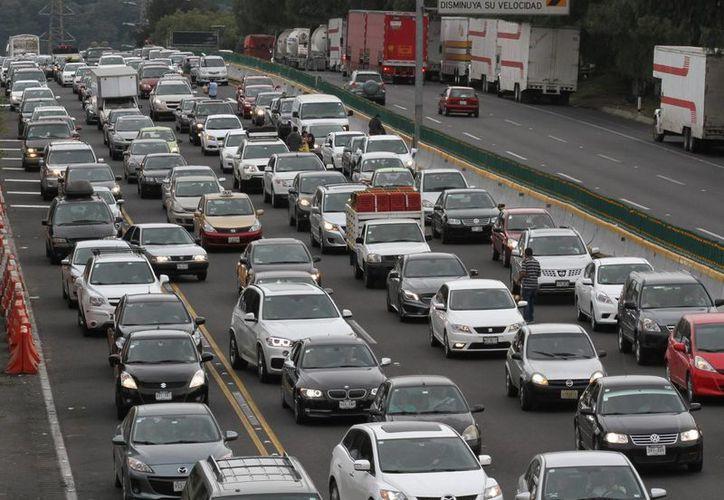 En el DF se registran graves accidentes viales, en los que los más desprotegidos son los peatones y los ciclistas, dijo el jefe de Gobierno al presentar el nuevo Reglamento de Tránsito. (Archivo/Notimex)