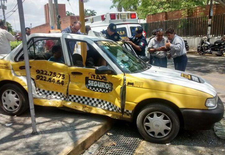 El taxi fue impactado por un Datsun a la altura del Hospital Juárez del IMSS, en la avenida Itzaes con calle 25. (SIPSE Noticias)