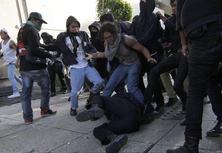 En el caso de los 32 policías lesionados ninguno está grave, dijo el secretario de gobierno del DF. (Notimex)