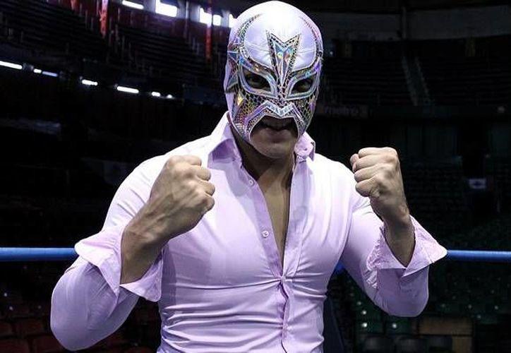 La Máscara (foto) traicionó a Volador Jr. y Dragón Rojo Jr. y permitió el triunfo de los rudos. (mediotiempo.com)