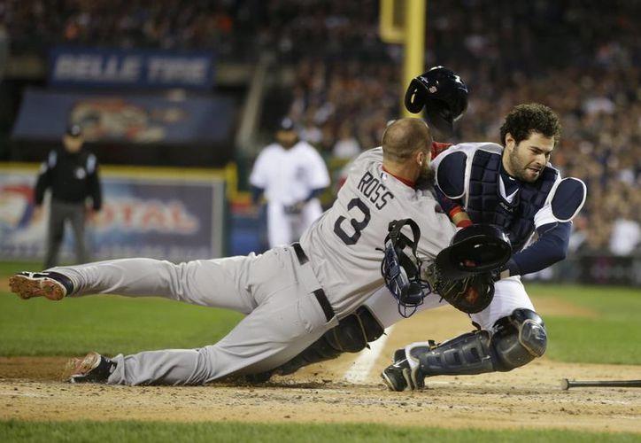 De acuerdo con la MLB, los corredores podrán chocar contra el cátcher únicamente cuando éste tenga la pelota y bloquee la ruta del rival hacia el plato. (Agencias)