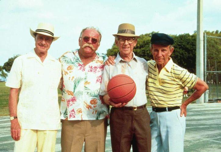 Protagonistas de la película Cocoon, producción de 1985 que entonces generó polémica por el tema: los extraterrestres. (Archivo/foxinflight.com)