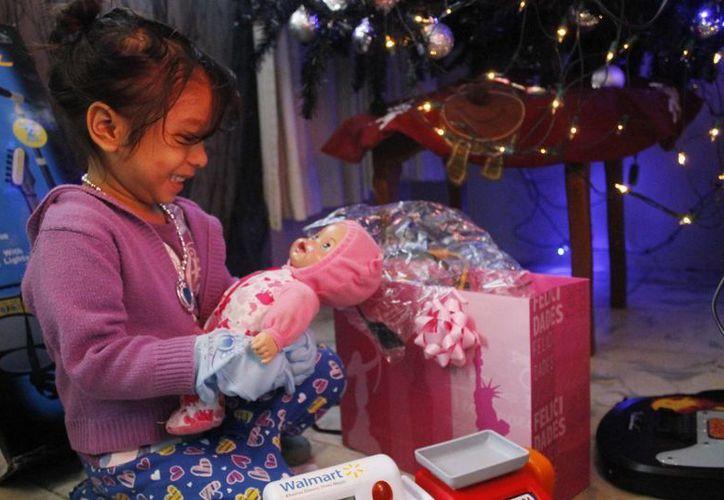 Los menores destaparon los regalos junto al árbol de Navidad. (Yajahira Valtierra/SIPSE)