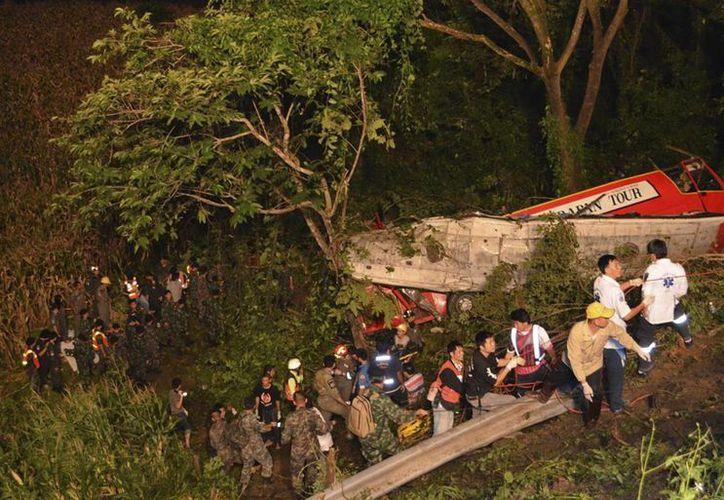 Los cuerpos de rescate tuvieron que descender al lugar con cuerdas. (Agencias)