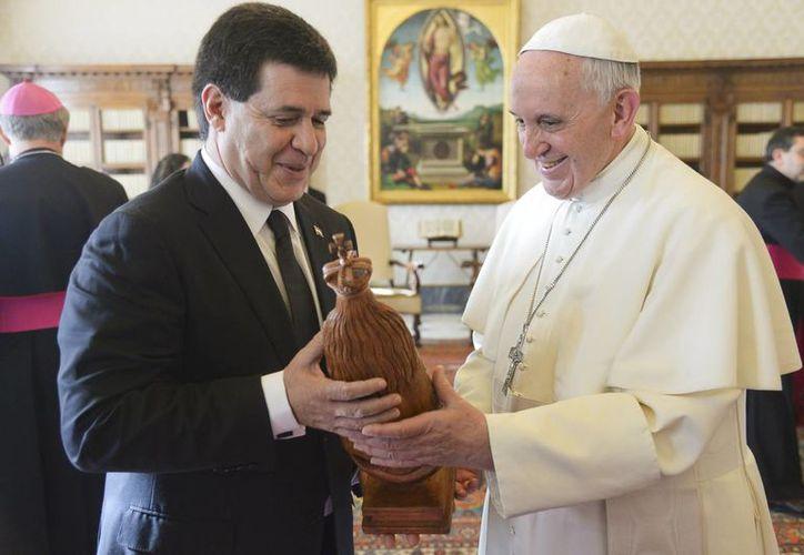 Intercambio de regalos durante el encuentro de  Horacio Cartes y Pontífice. (Agencias)