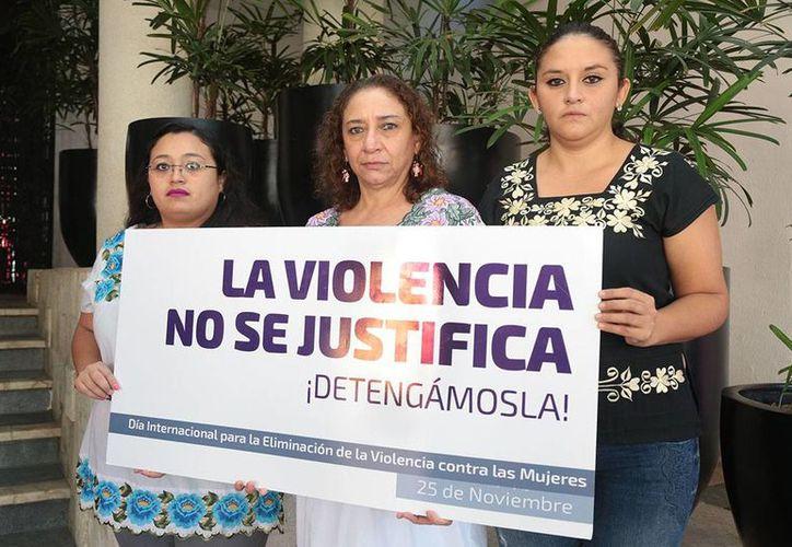 La directora del Instituto Municipal de la Mujer, María Herrera Páramo (c) acompañada de Yahayra Centeno Ceballos (izquierda) y Melina Herrera Zapata, secretaria técnica y coordinadora de Comunicación Social del Instituto, respectivamente. (Foto cortesía)
