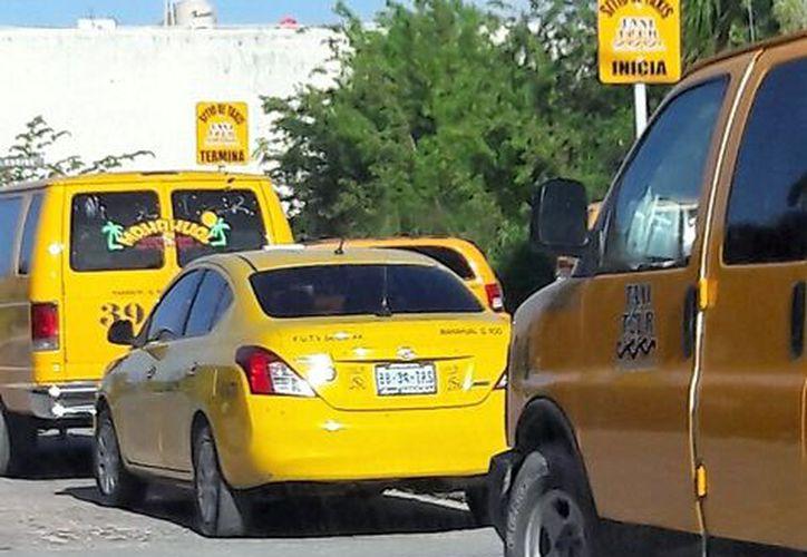 Tour operadores de Mahahual se quejan de anarquía de taxistas que operan en la zona de cruceros. (Javier Ortiz/SIPSE)