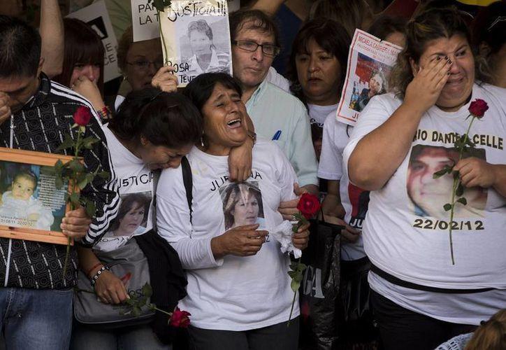 Los familiares de las víctimas durante la ceremonia de aniversario en la estación de tren,  en Buenos Aires, Argentina. (Agencias)