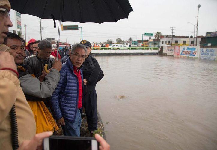 El gobernador Salvador Jara Guerrero realizó un recorrido por la colonia Carlos Salazar de Morelia, una de las más afectadas por las lluvias de este fin de semana. (Foto: Notimex)
