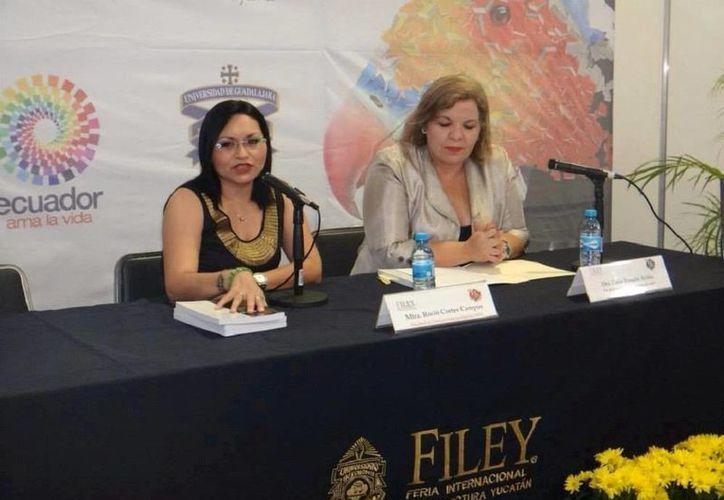 Rocío Cortés Campos (izq.), autora del libro 'Entre héroes y bárbaros, el periodismo yucateco durante la Guerra de Castas', presentado por Celia Rosado Avilés, ayer por la tarde, en la Filey. (Cortesía Gloria Pérez)