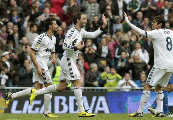Higuaín es felicitado por sus compañeros Ricardo Kaká y  Arbeloa. (Foto: EFE)