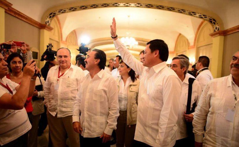 El Secretario de Gobernación saluda a los priistas reunidos en Mérida. (Luis Pérez/SIPSE)