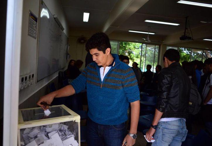 La jornada electoral, ayer en uno de los salones de la Preparatoria No 1. (Milenio Novedades)