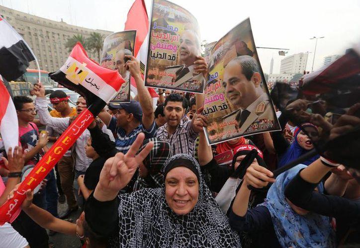 Miles de personas celebran la victoria del general Abdul Fatá El Sisi en la plaza Tahrir, El Cairo, Egipto. (Archivo/EFE)