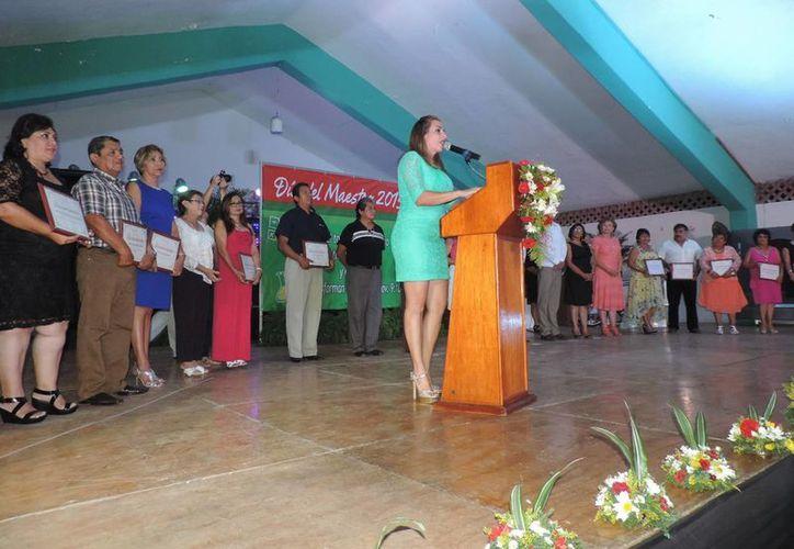 Jéssica Saidén durante su discurso en el convivio por el Día del Maestro que organizó en Progreso su equipo de campaña. (SIPSE)