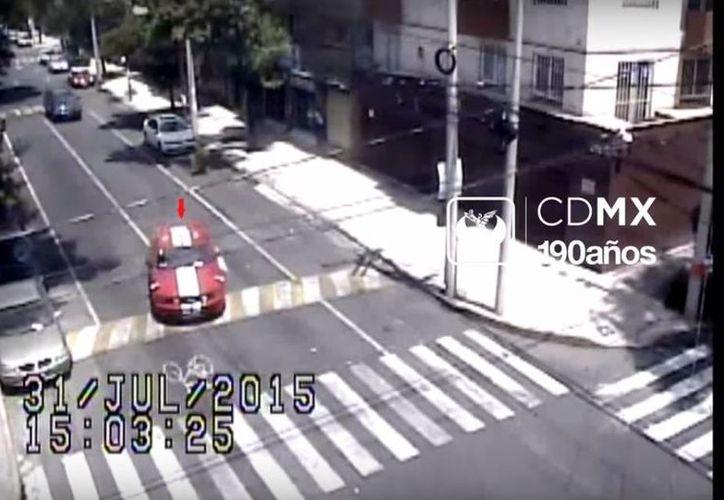 El mustang que aparece en la imagen es propiedad de la mujer colombiana que fue asesinada junto con Rubén Espinosa y otras tres mujeres. (Captura de pantalla/YouTube)