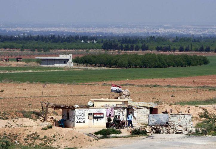 Soldados sirios en un puesto del ejército, en la fontera con Líbano. (Agencias)