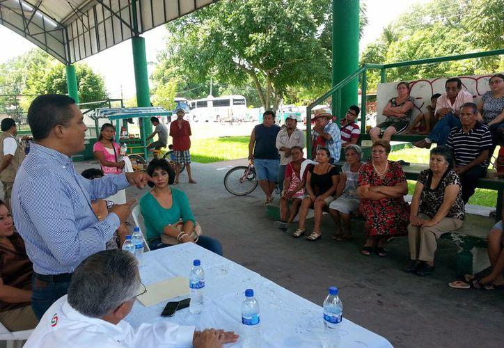 El diputado federal Raymundo King de la Rosa se reunió con habitantes de la comunidad fronteriza. (Harold Alcocer/SIPSE)