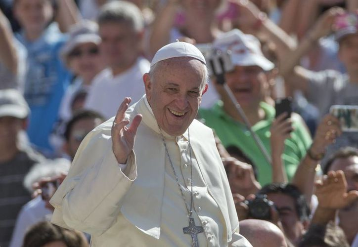 Imagen de archivo de el Papa Francisco al llegar a su audiencia general en la Plaza de San Pedro, el miércoles pasado. (Agencias)