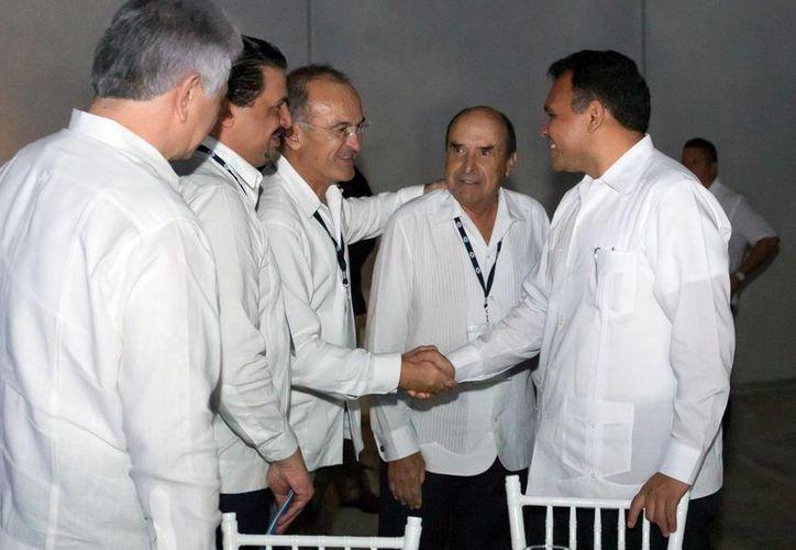 El gobernador Rolando Zapata saluda a consejeros consultivos de la región sureste de Nafinsa. (Milenio Novedades)